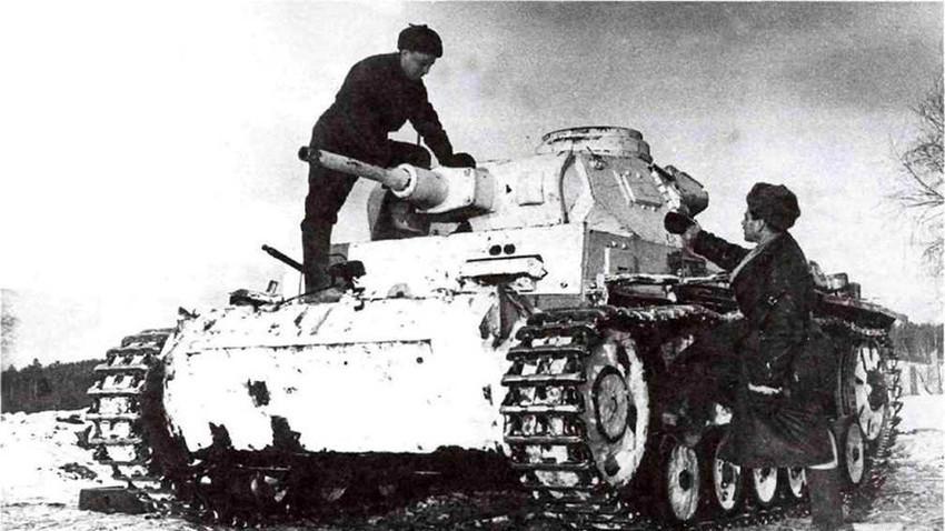 Съветски екипаж на танка Panzerkampfwagen III.