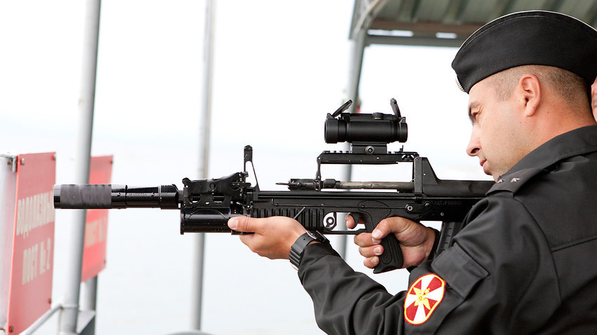 """""""Двонаменската"""" автоматска пушка АДС која еднакво ефикасно може да се употребува на копно и под вода."""