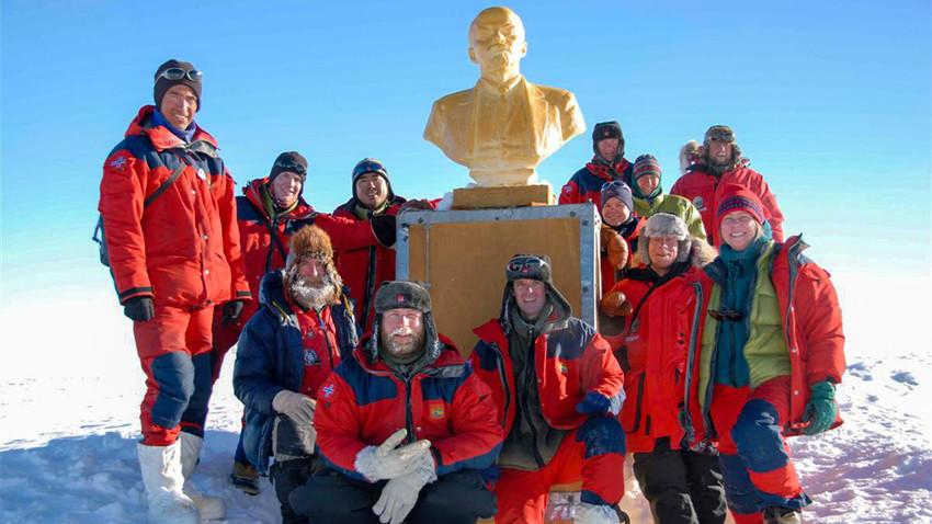 Foto ricordo con il busto di Lenin installato nel punto più estremo del Pianeta in epoca sovietica