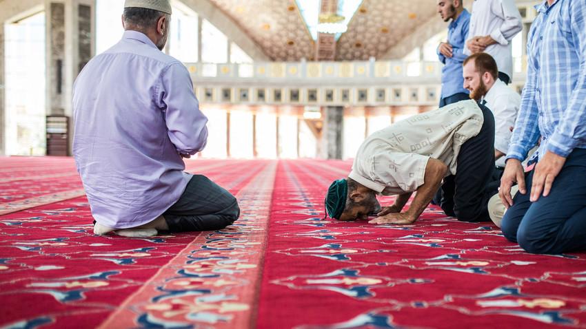 Jemaah beribadah di dalam Masjid Aimani Kadyrova di Argun, Chechnya, Rusia.
