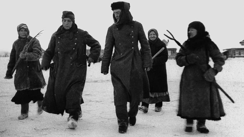 Жене у пратњи заробљених фашиста. Немци су код Москве били потучени до ногу.
