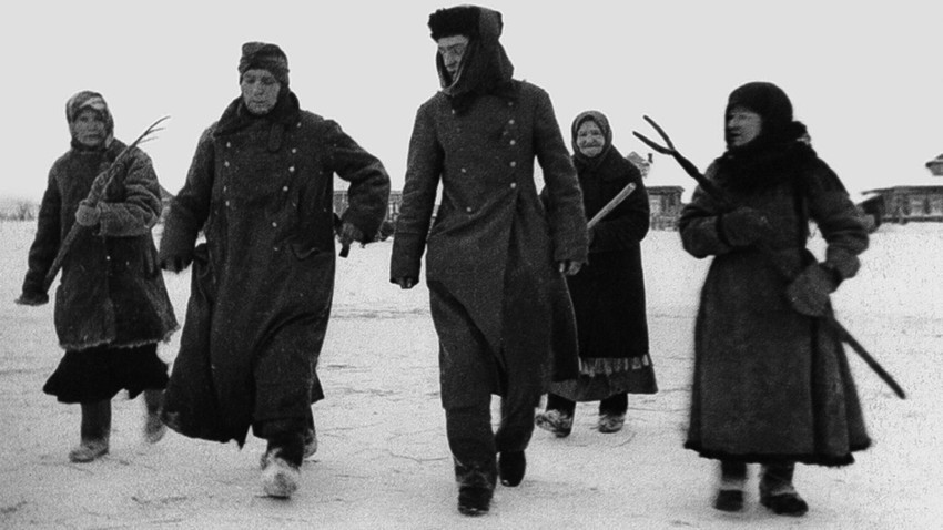 Жени во придружба на заробени фашисти. Германците кај Москва претрпеа жесток пораз.