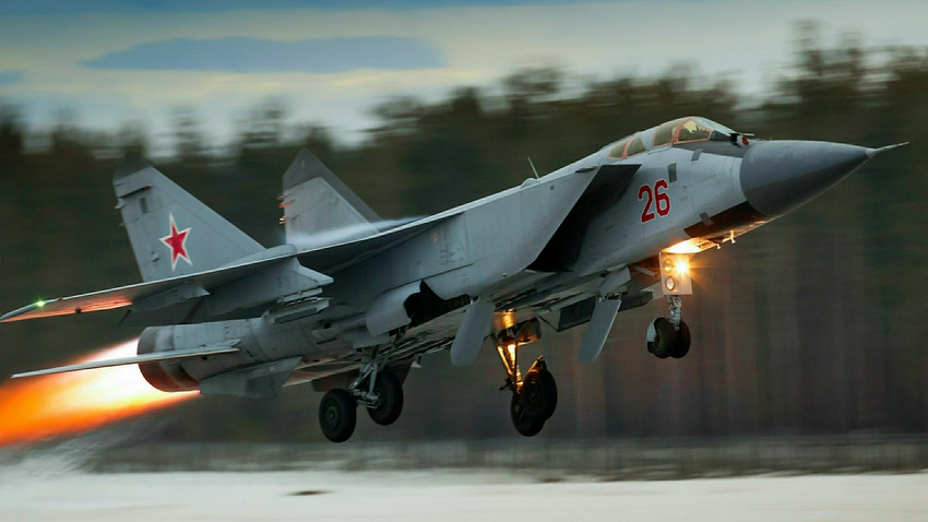 Jet tempur MiG-31 lepas landas.