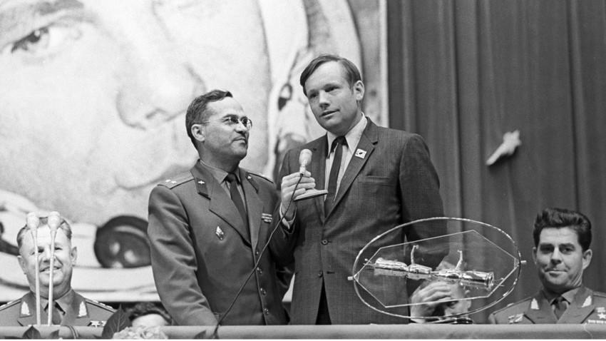 Astronauta norte-americano Neil Armstrong na Cidade das Estrelas; à direita, piloto-cosmonauta da URSS Gueórgui Beregovoi