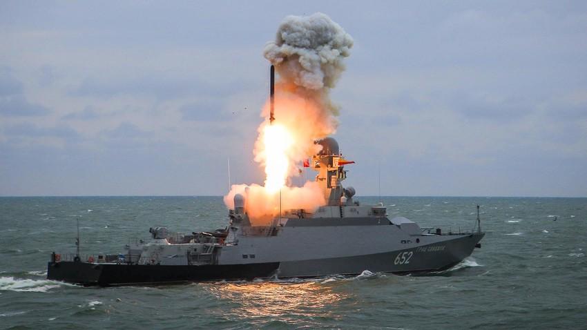 """Мали ракетни брод """"Град Свијажск"""" лансира ракету """"Калибар"""" током завршних вежби бродских група Каспијске флотиле."""