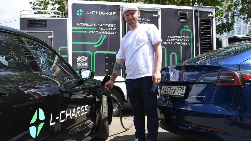 """Punjenje elektromobila na prezentaciji brzog ruskog mobilnog punjača elektromobila na teritoriju dizajnerske tvornice """"Flakon"""" ."""
