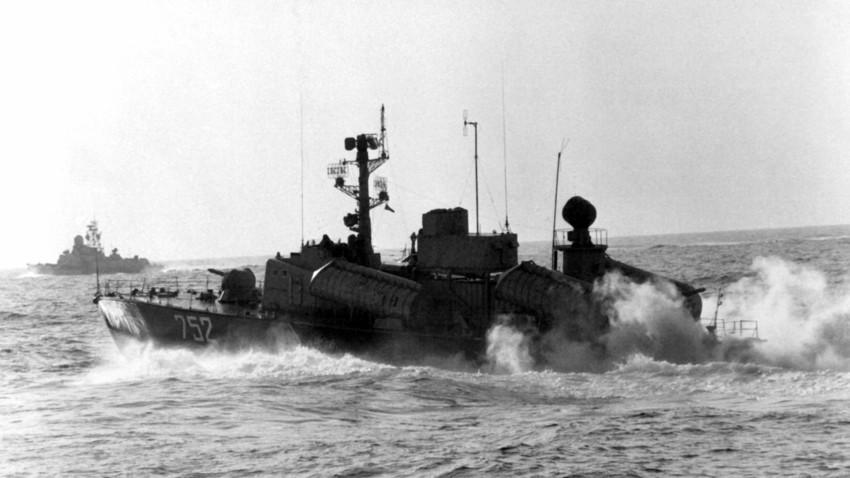 Osa 2. Ao fundo, navio lança-míssil Nanuchka 2