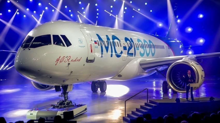"""МАКС-2021 година. За првпат на оваа изложба беше претставен авион чии крила се изработени од композитни материјали. Експерти и научници од Московскиот државен универзитет и """"Росатом"""" се вклучени во развојот и производството на руски композитни материјали."""