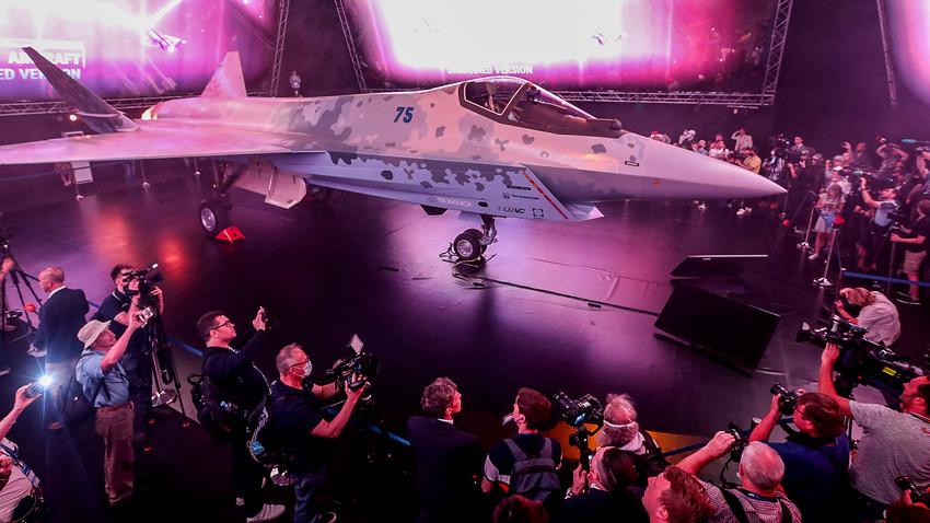 国際航空宇宙サロン(MAKS)で最新の第5世代単発軽ジェット戦闘機「チェックメイト」の試作機が公開された。