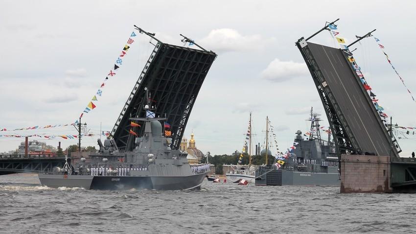 Генерална репетиция за военноморския парад в навечерието на честването на 323-та годишнина от основаването на Военноморския флот на Русия, 22 юли 2021 г., Санкт Петербург