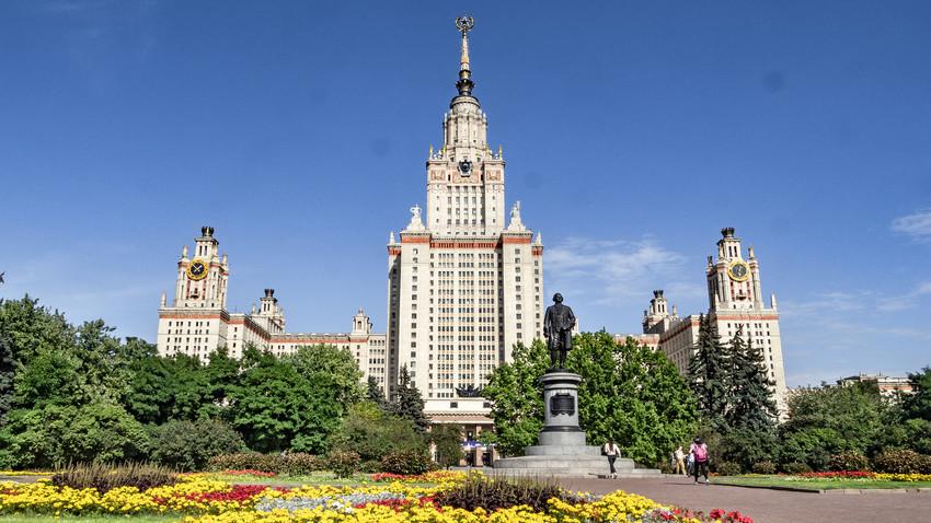Universitas Negeri Moskow Lomonosov tercatat sebagai salah satu dari seratus universitas papan atas dalam Peringkat Universitas Dunia QS.