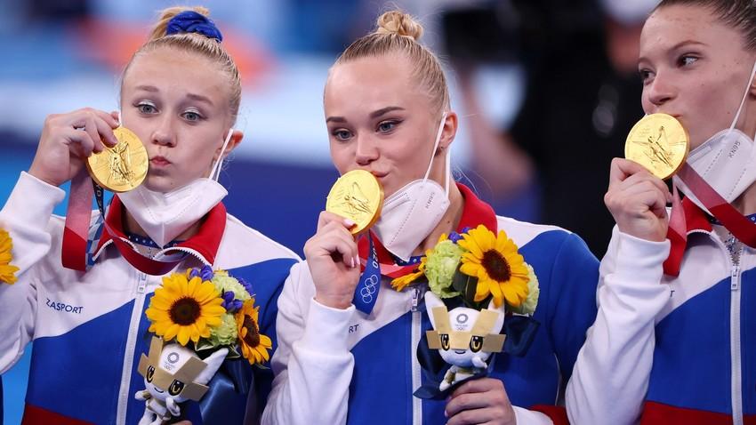 Les gymnastes russes Viktoriia Listunova, Angelina Melnikova et Vladislava Urazova, membres du Comité olympique russe, posant avec leurs médailles lors des JO de Tokyo le 27 juillet