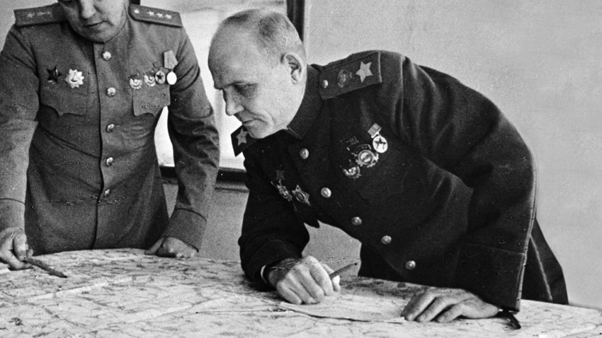 Der Kommandant der 2. Ukrainischen Front Iwan Konew untersucht die Karte der Militäroperationen.