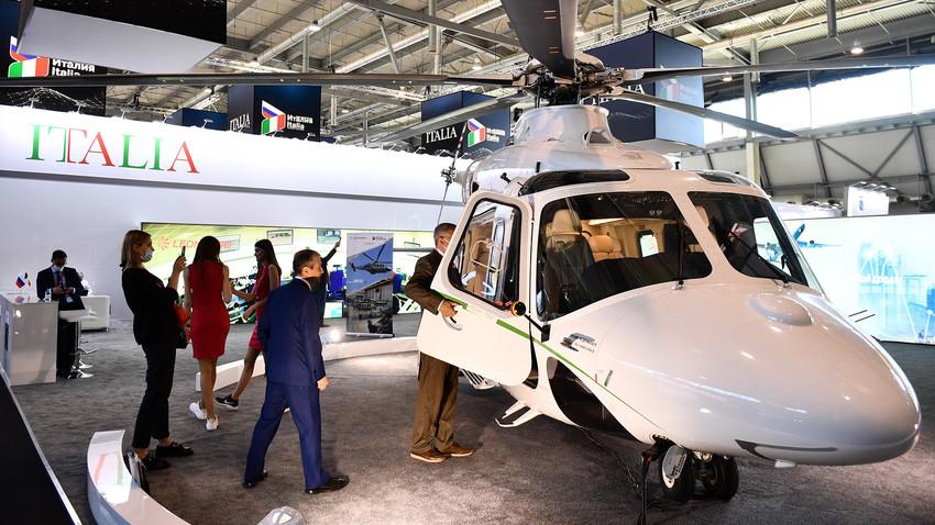 Un elicottero dell'azienda Leonardo nel padiglione Italia di Innoprom, Ekaterinburg