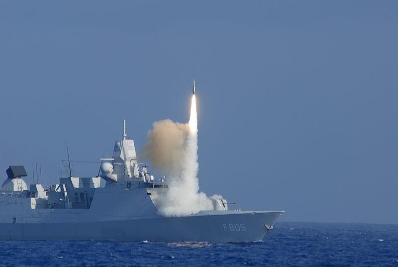 La HNLMS Evertsen (F805) dispara un SM-2 durante un entrenamiento