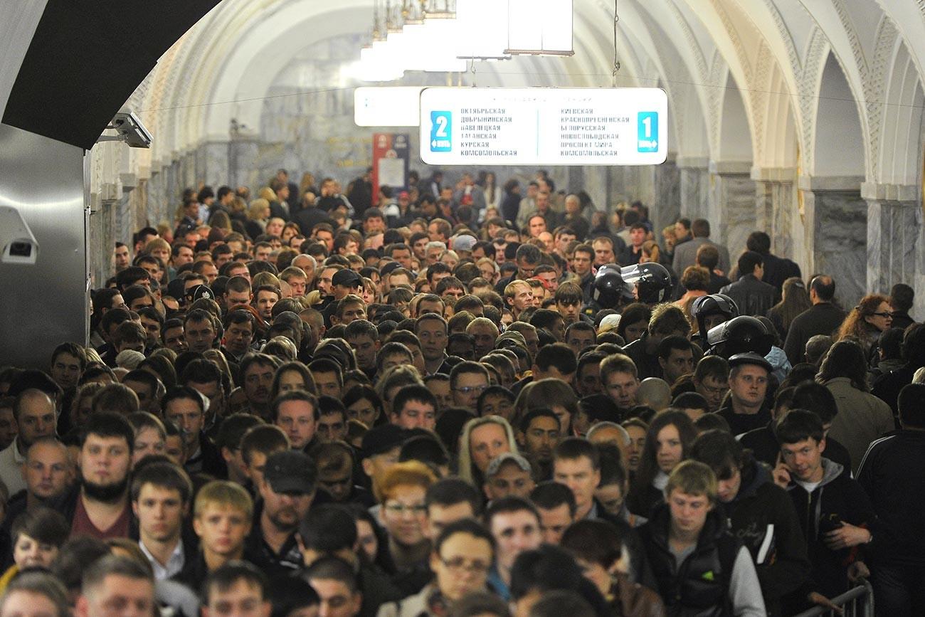 Passagiere an der Station Park Kultury der Ringlinie der Moskauer Metro während der Hauptverkehrszeit.