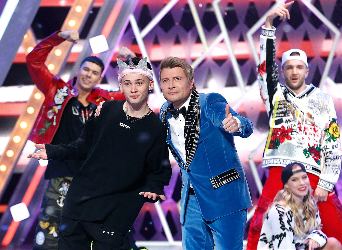 """Блогерот Даниил Милохин (лево) и пејачот Николај Басков во текот на снимањето на емисијата """"Новогодишно сино оганче"""" на тв-каналот """"Русија 1""""."""
