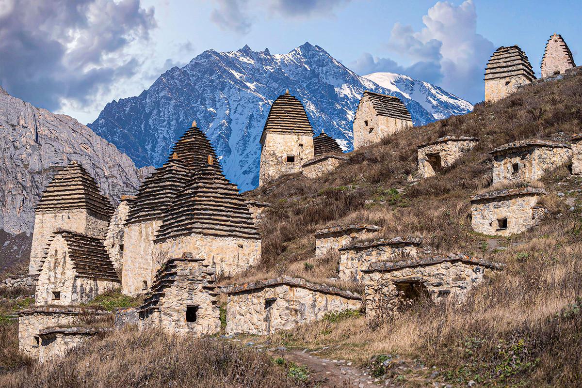 Monumento medieval em vilarejo da Ossétia Do Norte
