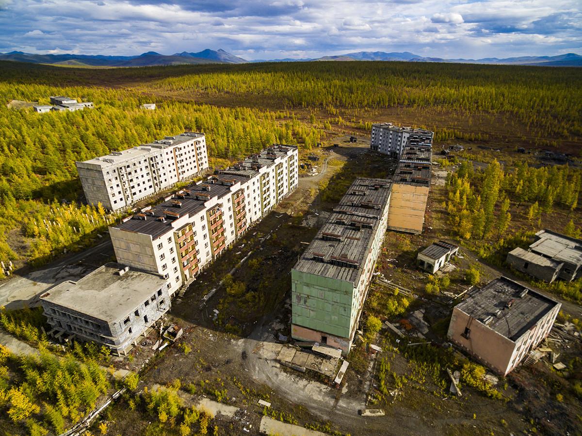 Vista aérea da cidade fantasma de Kadiktchan, Kolimá, na região de Magadan