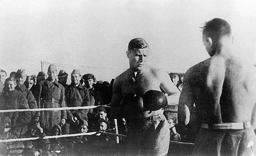 """На рингу су спортисти из ОМСБОН-а (Засебне мотострељачке бригаде за посебне намене НКВД-а). Лево Ј. Г.Трофимов. Стрељана """"Динамо"""" у Митишчима, август 1941."""