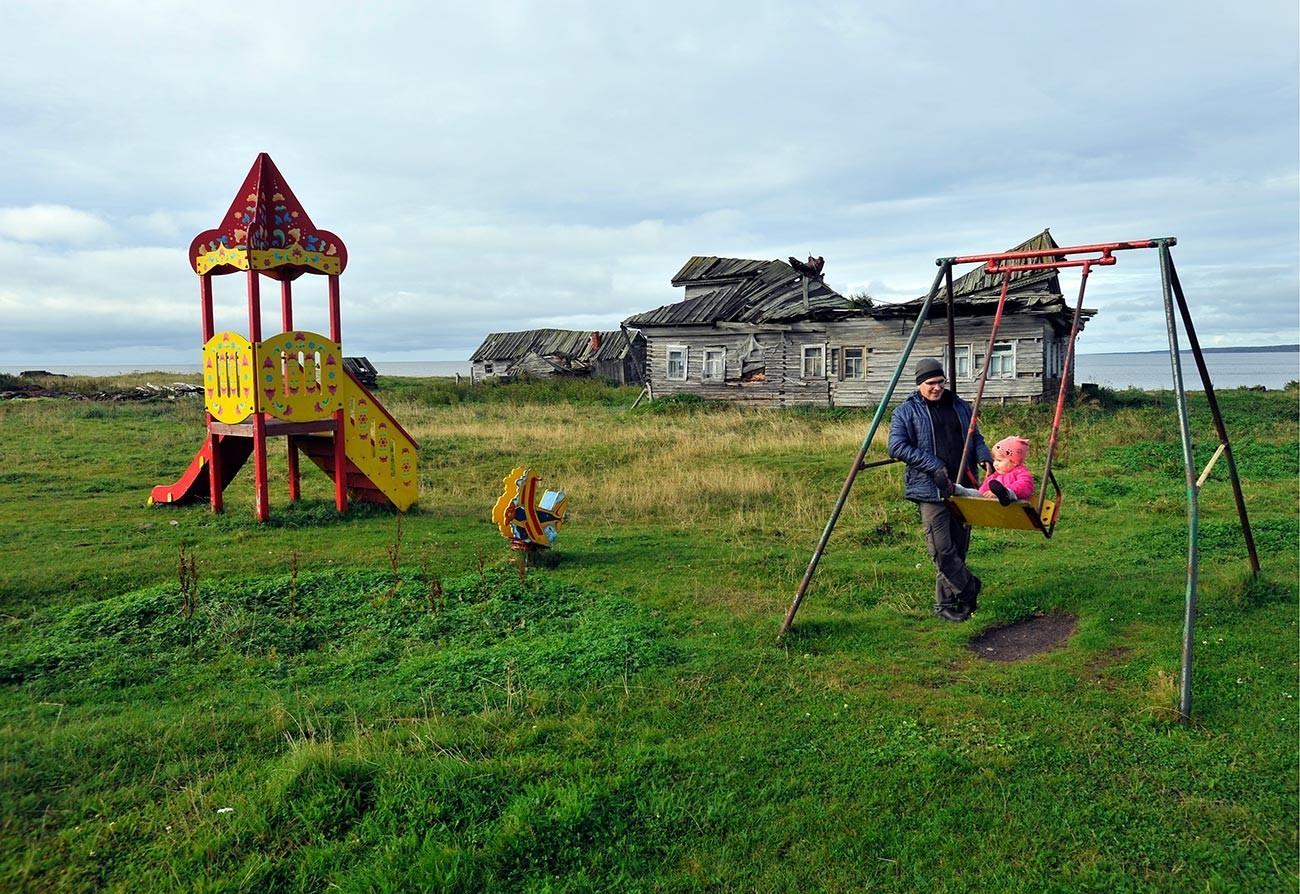 Otroško igrišče v vasi Tetrino v Murmanski regiji