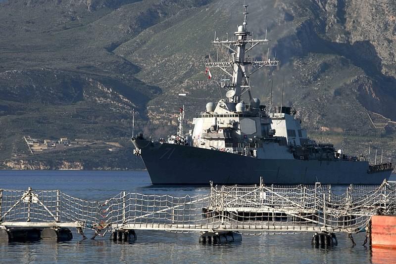 USS Ross fondeado en Grecia