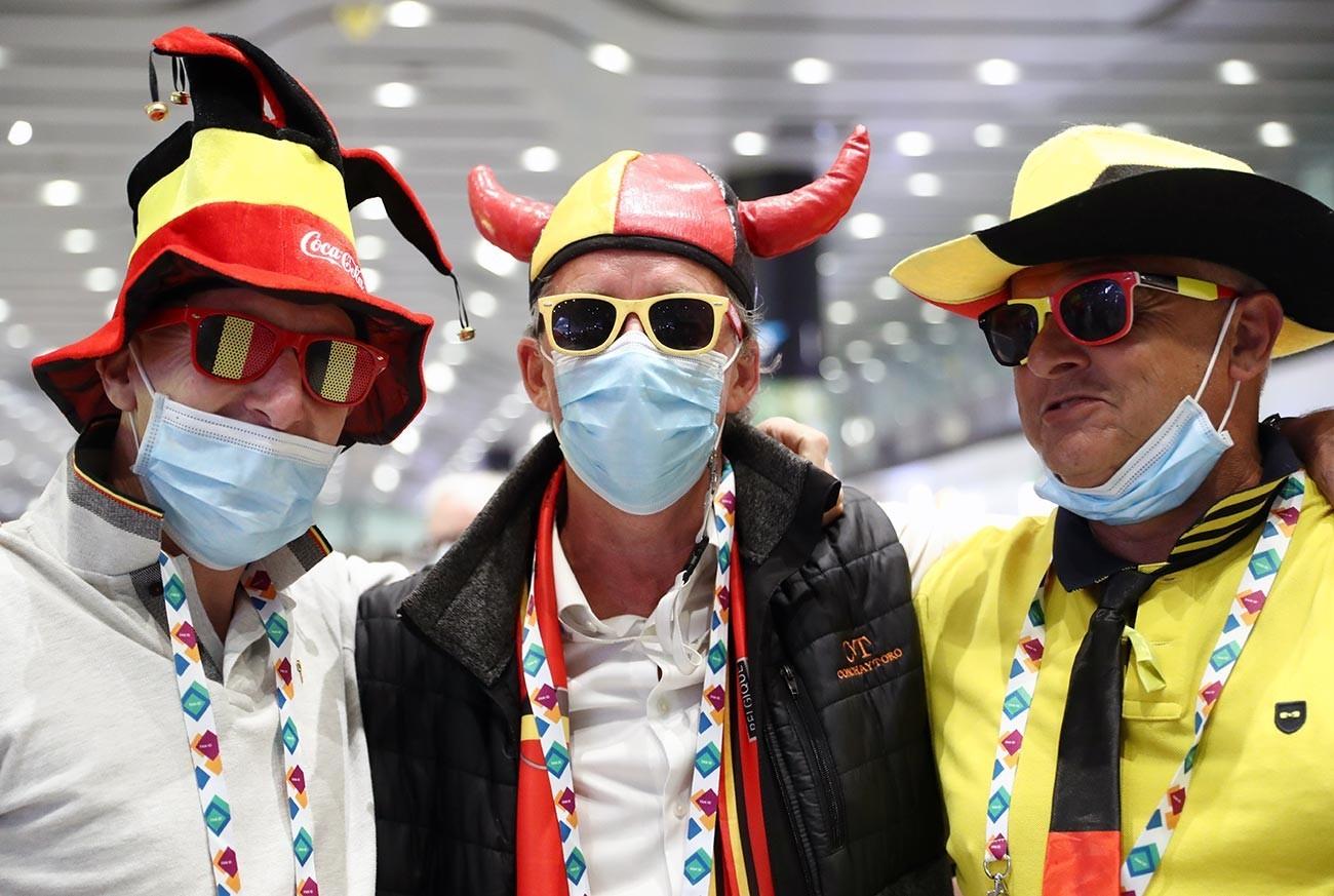 """Санкт-Петербург, навивачи на белгиската репрезентација на аеродромот """"Пулково"""" кои дојдоа на натпреварот од Европското фудбалско првенство меѓу Белгија и Русија."""