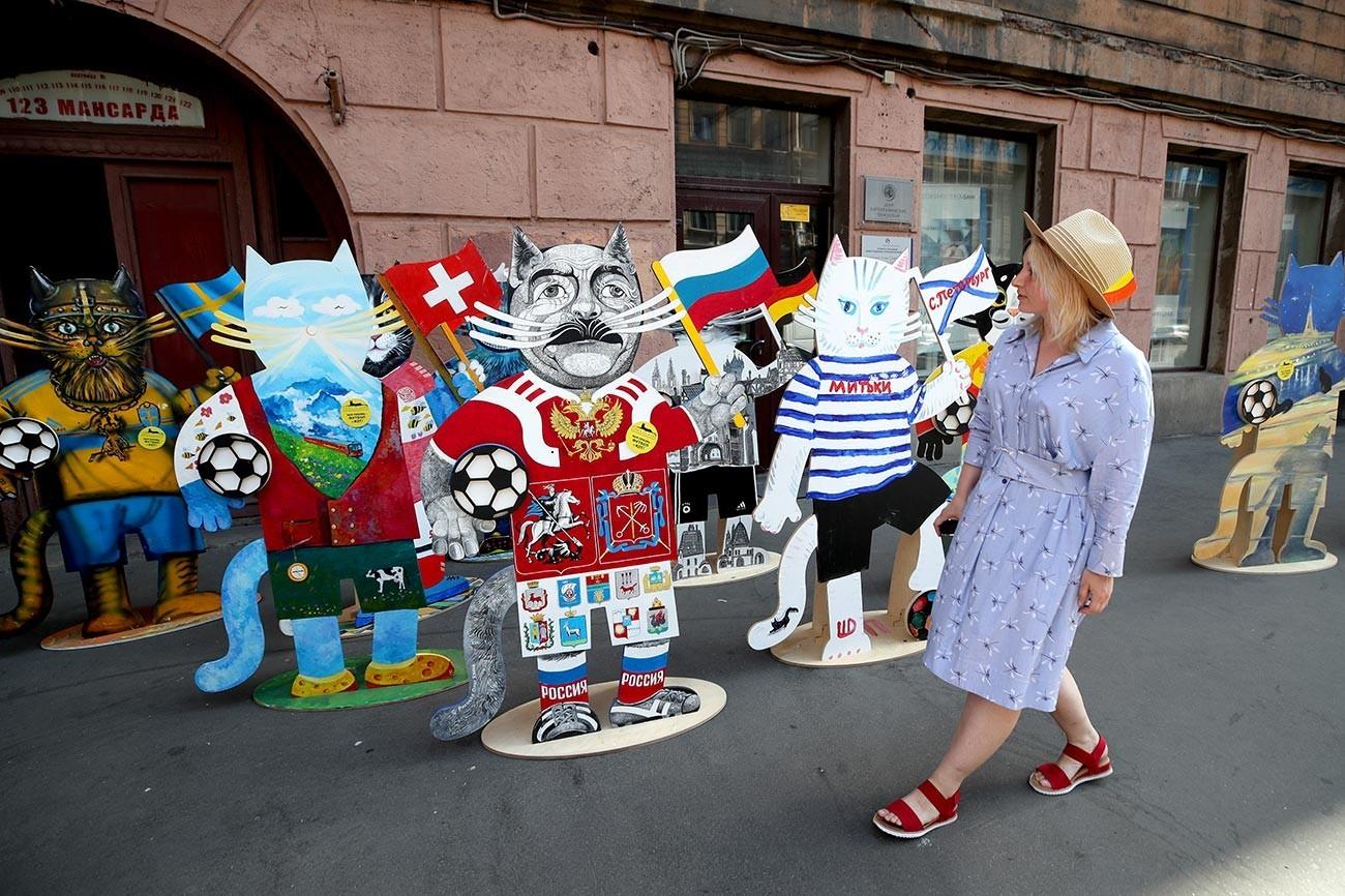 """Картонски мачки """"навивачки"""" насликани со боите на репрезентациите кои учествуваа на првенството ЕУРО 2020. Мачките се дело на уметници од креативното здружение """"Митки"""" и се наоѓаат пред зградата на Арт-центарот во улицата """"Марат"""" 36/38."""