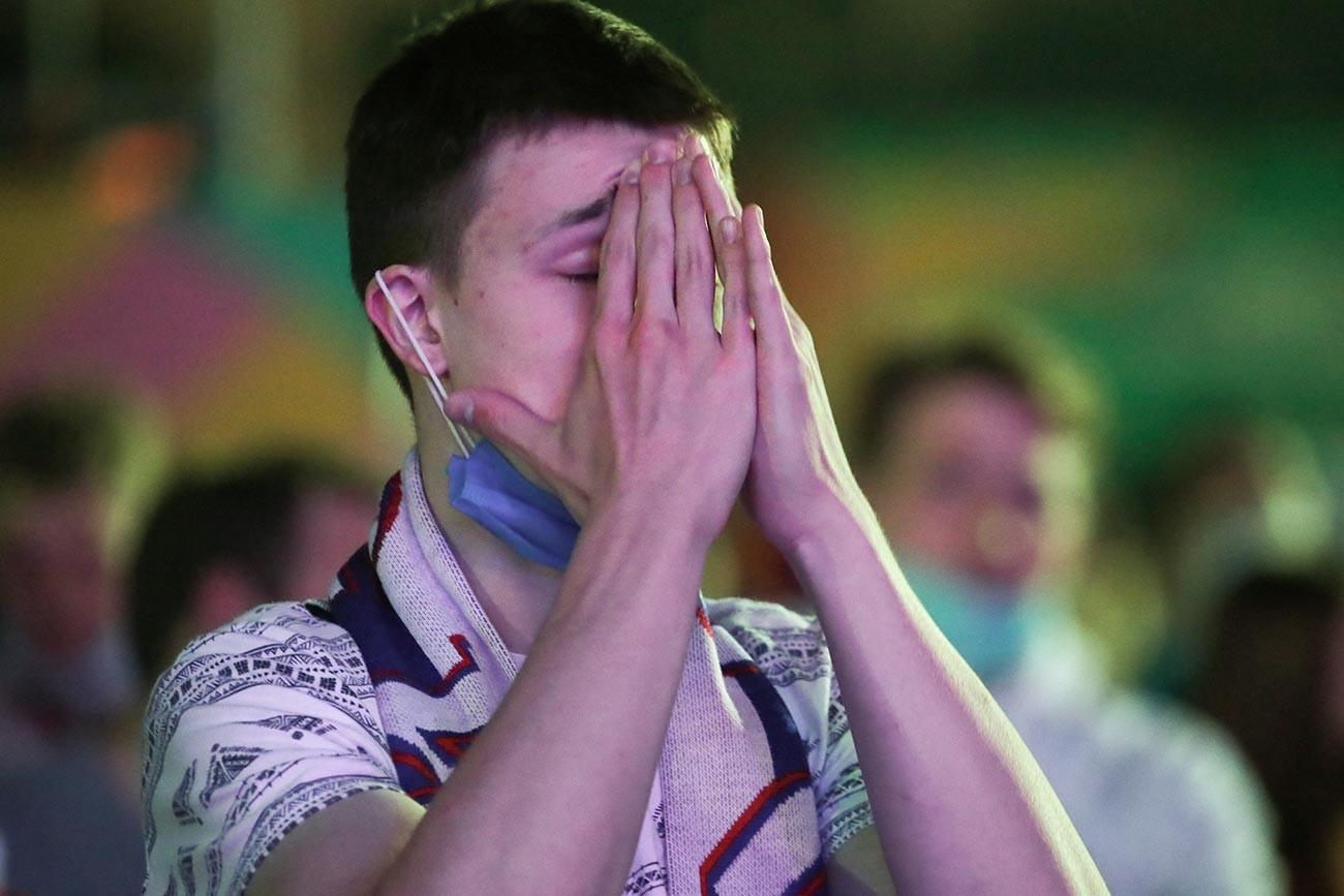 Навивач за време на преносот на натпреварот од Европското фудбалско првенство Еуро 2020 помеѓу селекциите на Белгија и Русија.