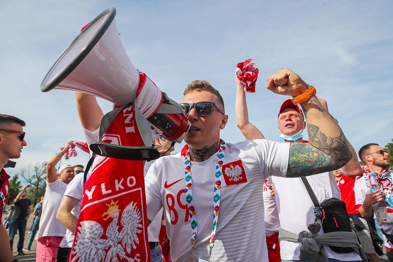 """Навивачи на стадионот """"Гаспром Арена"""" пред почетокот на натпреварот од Европското фудбалско првенство: Полска-Словачка."""