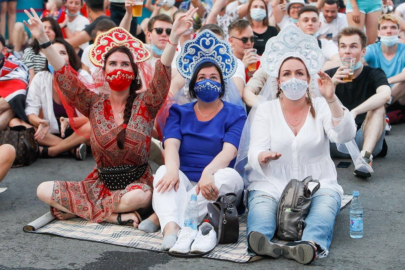 """Руските навивачи го следат преносот во живо од натпреварот на Европското првенство 2020 помеѓу Данска и Русија на 21 јуни 2021 година во фан-зоната на плоштадот """"Коњушенаја"""" во Санкт Петербург во Русија."""