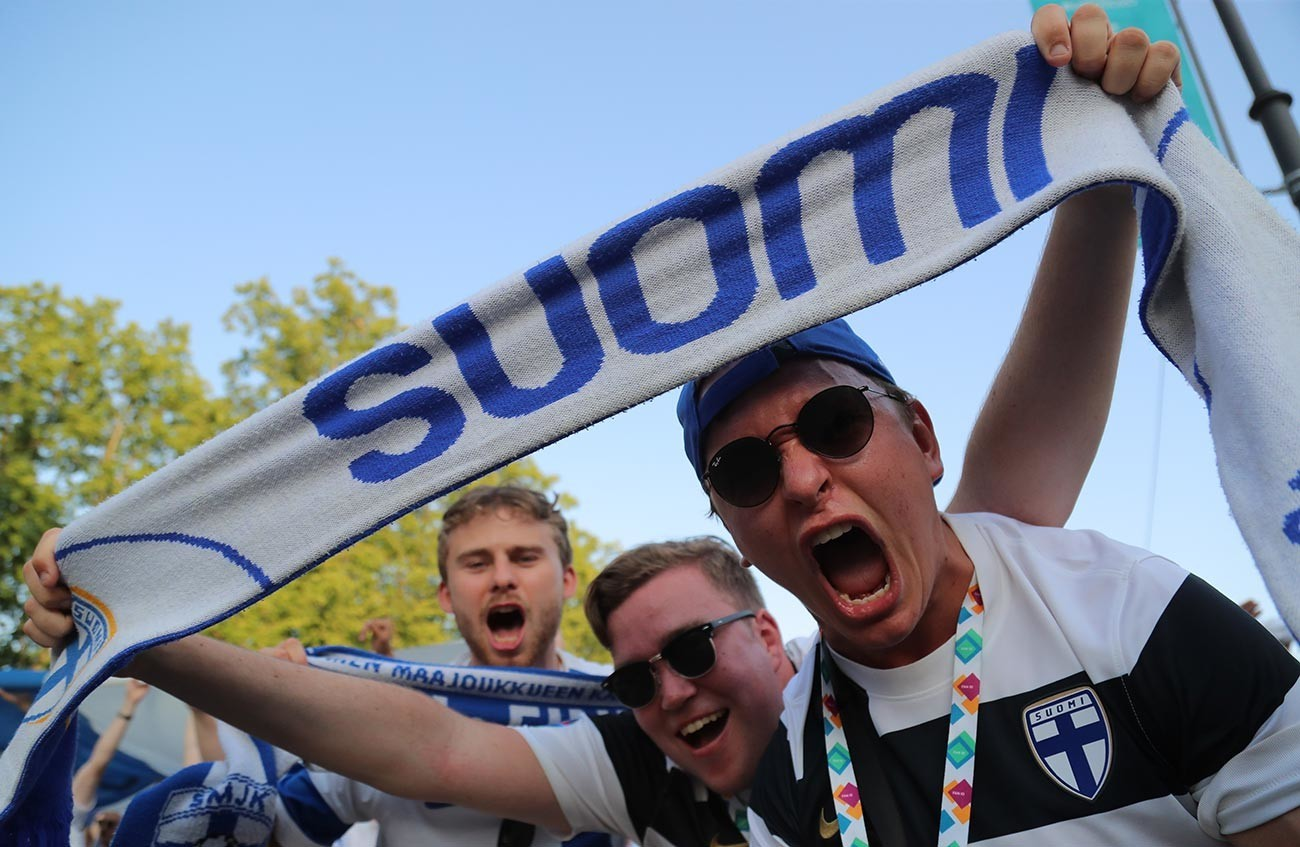 """Русија, Санкт Петербург, Европско првенство во фудбал 2020 година, натпревар помеѓу Финска и Белгија, прелиминарно коло, група Б, натпревар од 3 коло на стадионот """"Санкт Петербург"""". Навивачи на Финска слават пред натпреварот."""