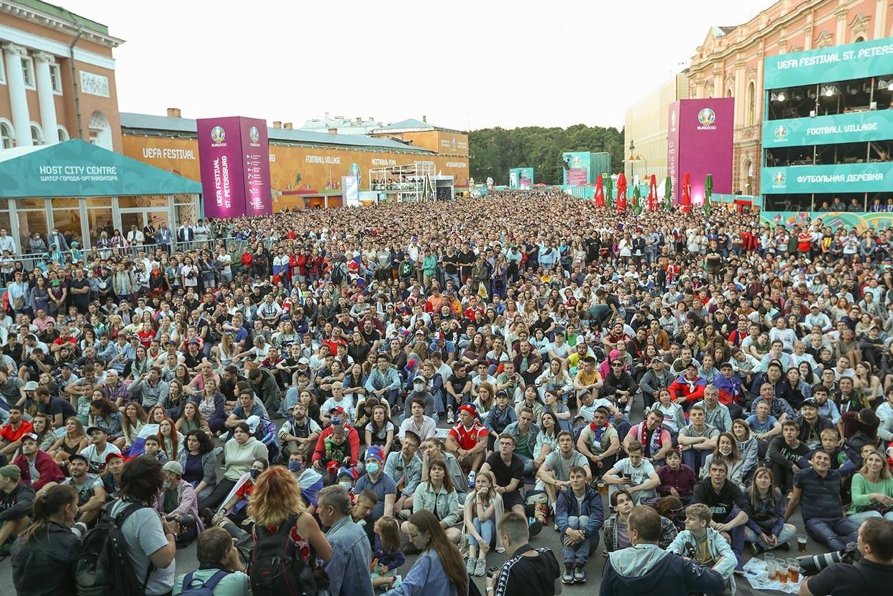 """Навивачи го гледаат натпреварот од Европското фудбалско првенство меѓу Белгија и Русија во навивачката населба на фестивалот УЕФА EURO 2020 на плоштадот """"Коњушенаја""""."""