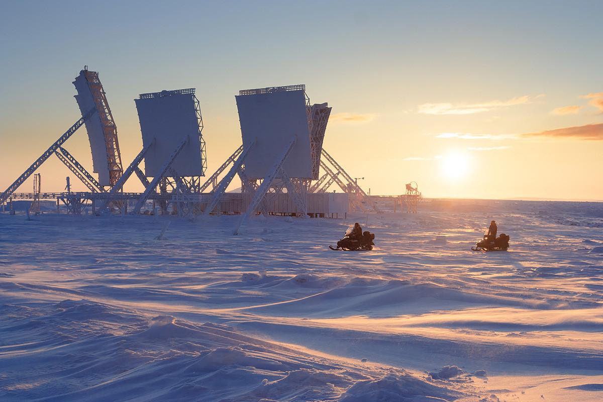Arktische Winterlandschaft mit großen Antennen einer verlassenen Troposphären-Kommunikationsstation.