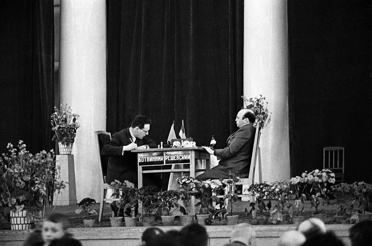 ミハイル・ボトヴィニク(ソ連)とサミュエル・レシェフスキー(米国)がチェスの大会にて、1948年