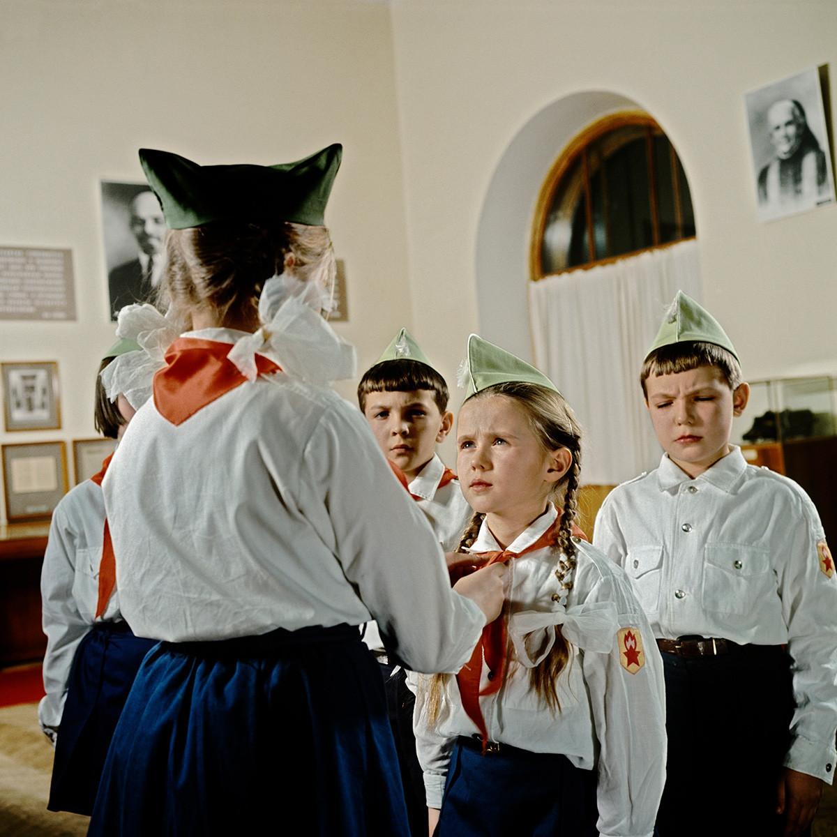Slavnostna ceremonija sprejema sovjetskih šolarjev med mlade pionirje v eni od dvoran Centralnega muzeja Lenina v Moskvi.