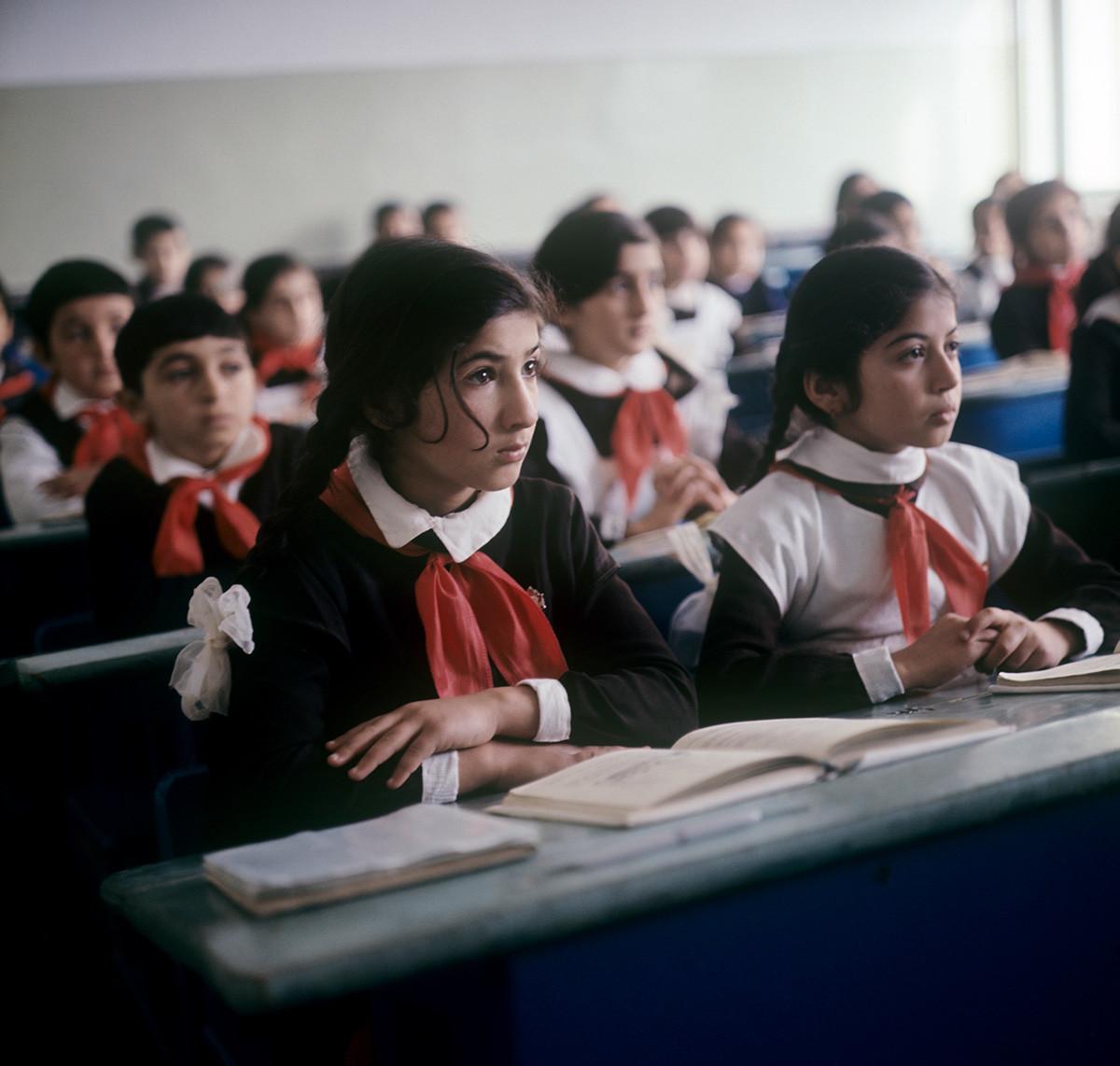 Pri pouku aritmetike v 5. razredu šole št. 15. Sumgait, Azerbajdžan