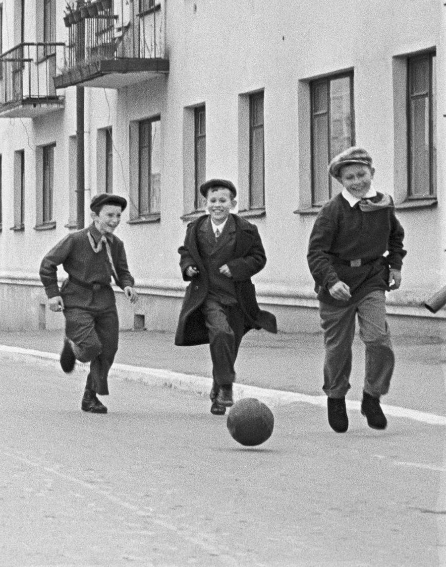 Šolarji v mestu Novovoronež po pouku igrajo nogomet na dvorišču.