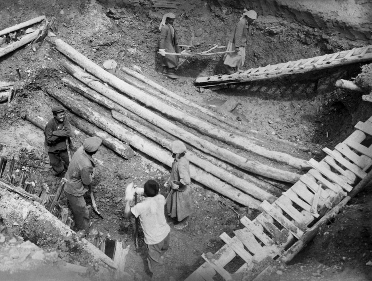 Excavation d'une sépulture pazyryk. Vous pouvez voir les rondins de la « demeure » souterraine.