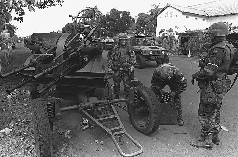 Tres soldados de la 5ª División de Infantería Mecanizada inspeccionan una ametralladora antiaérea ZPU-4 de 14,5 mm de fabricación soviética abandonada por los soldados de la Fuerza de Defensa de Panamá que huyeron de la base durante las primeras fases de la Operación Causa Justa.