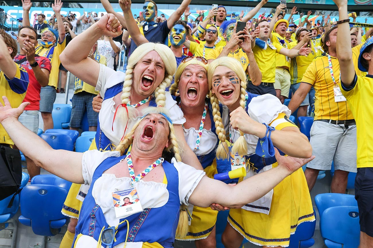 Suporter timnas Swedia bersorak selama pertandingan Grup E Kejuaraan Euro 2020 antara Swedia dan Polandia di Stadion Sankt Peterburg, 23 Juni 2021.