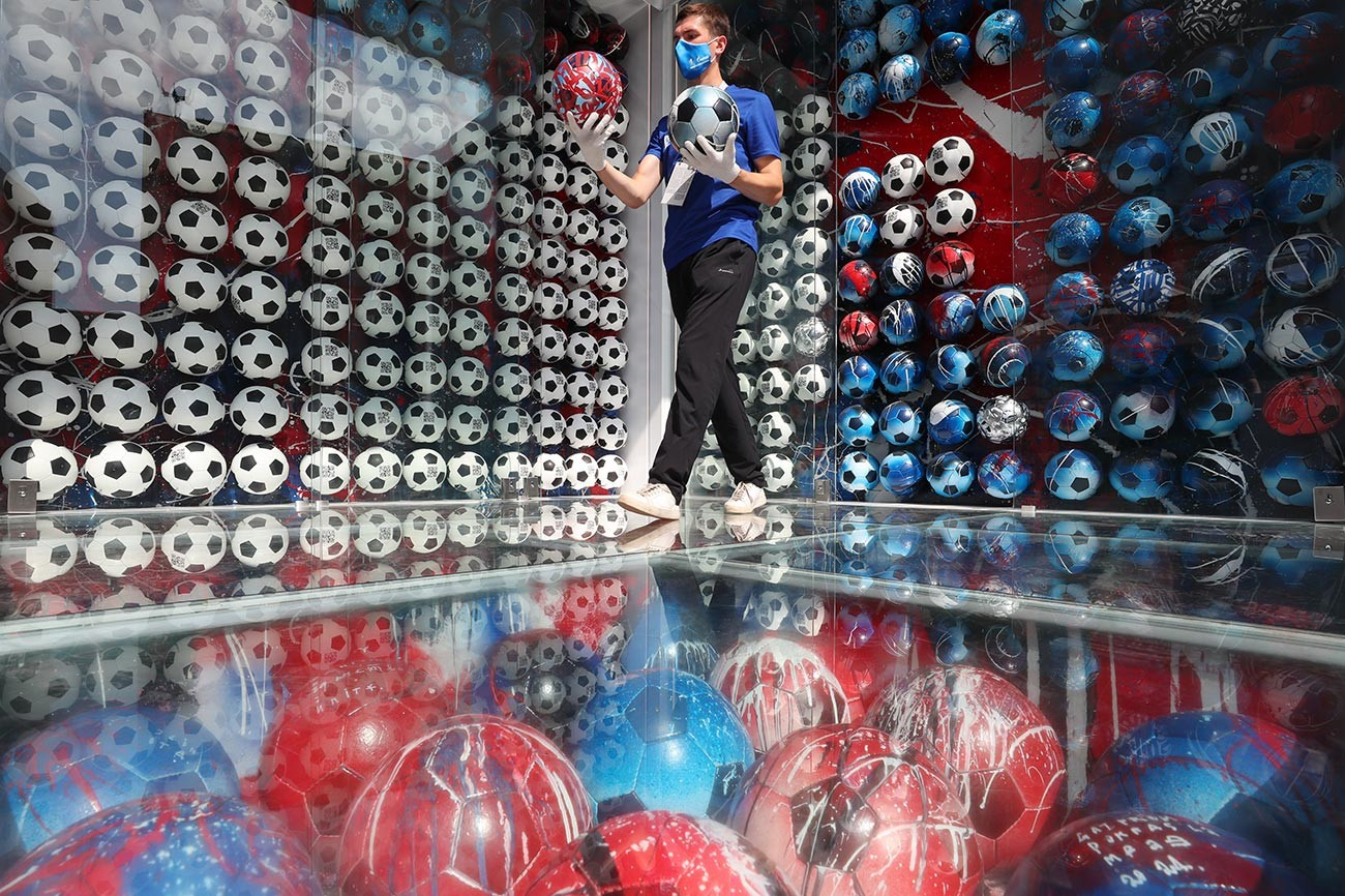 Instalasi seni oleh Pokras Lampas untuk menciptakan piala NFT bagi pencetak gol terbaik pada Euro 2020 di Sankt Peterburg.