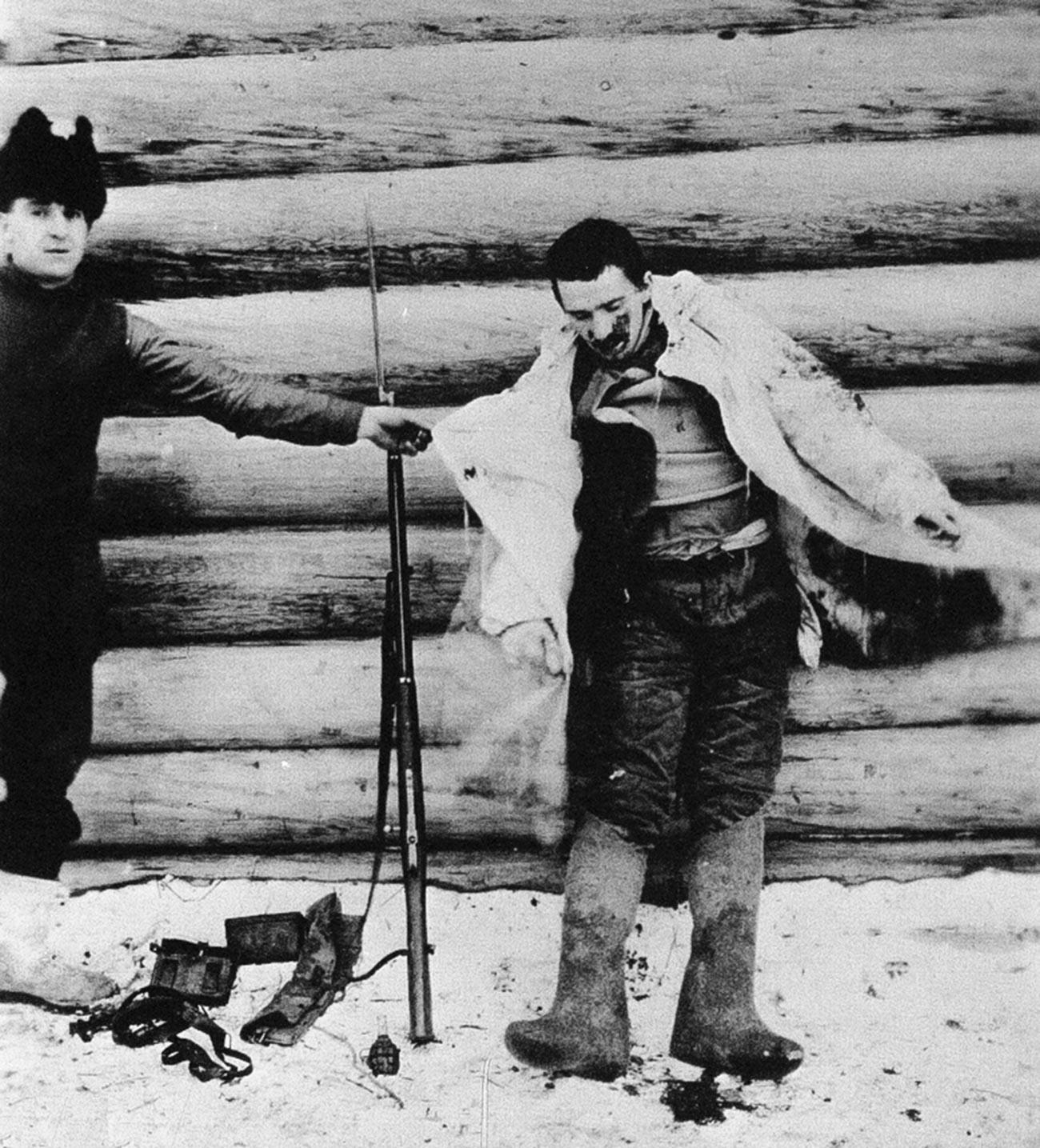 Seorang Bolshevik ditembak oleh tentara Amerika.