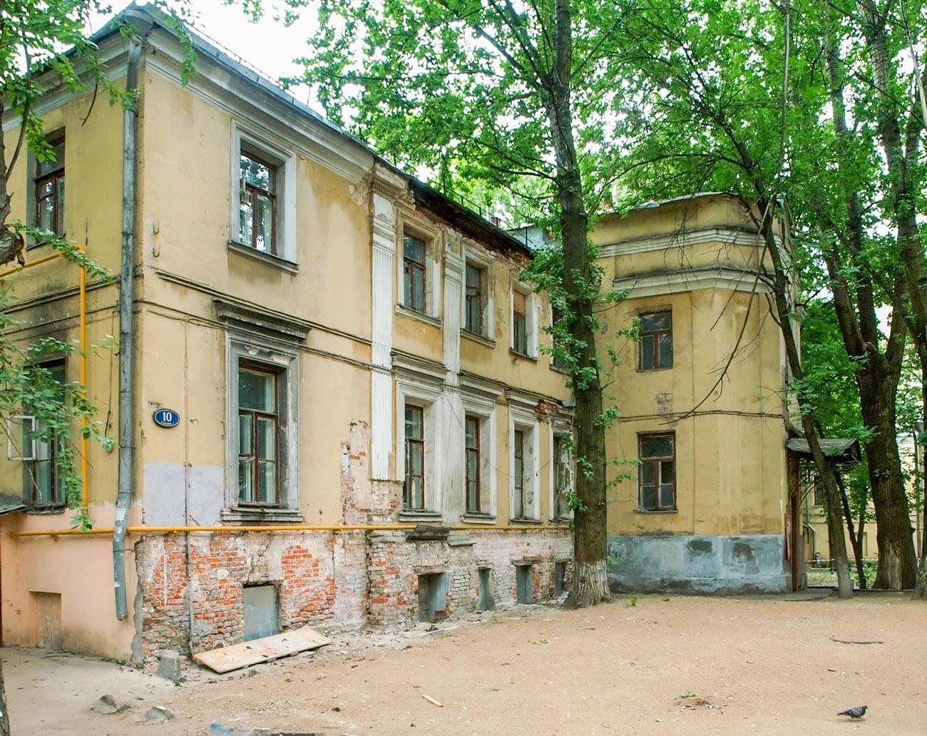 Golitsyn family mansion in Krivokolenny lane.