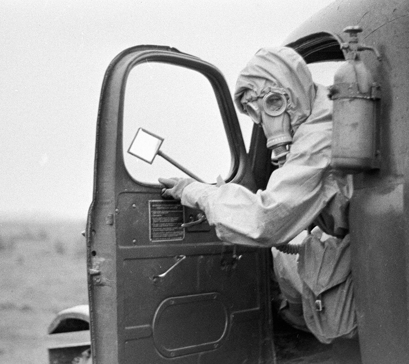 Pasukan Pertahanan Radiologis, Kimia dan Biologis Soviet saat menjalani latihan.