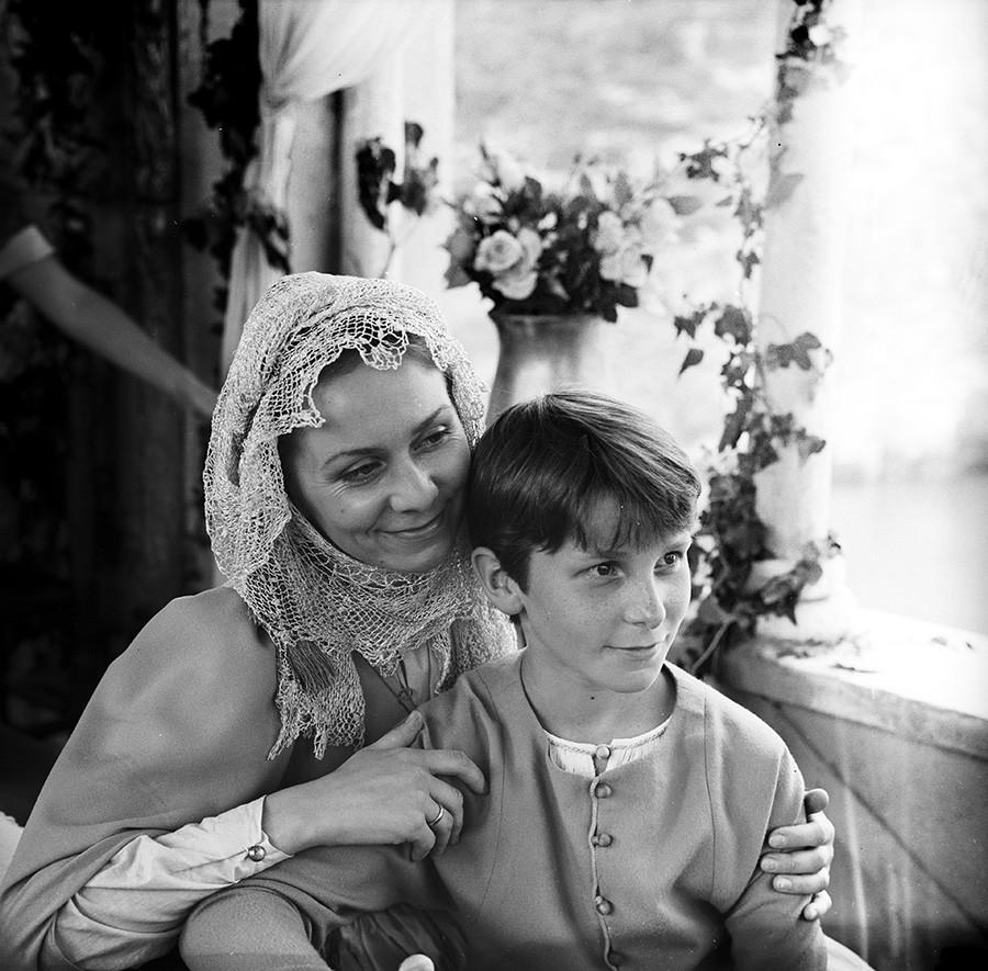 Любов Германова в ролята на майката на Юм-Юм и Кричън Бейл в ролята на Юм-Юм,