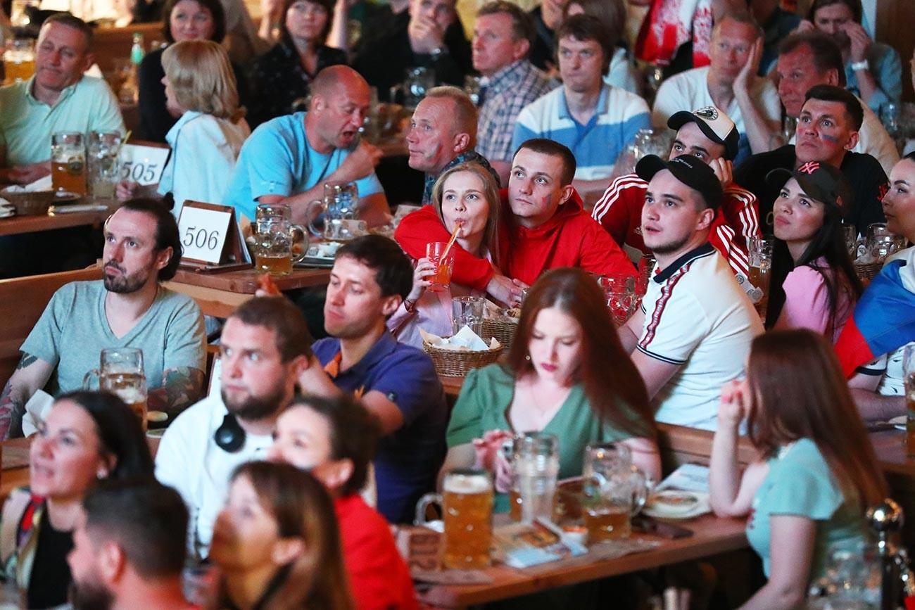 Navijači med spremljanjem prenosa tekme evropskega nogometnega prvenstva med Belgijo in Rusijo v eni od lokalnih peterburških restavracij.