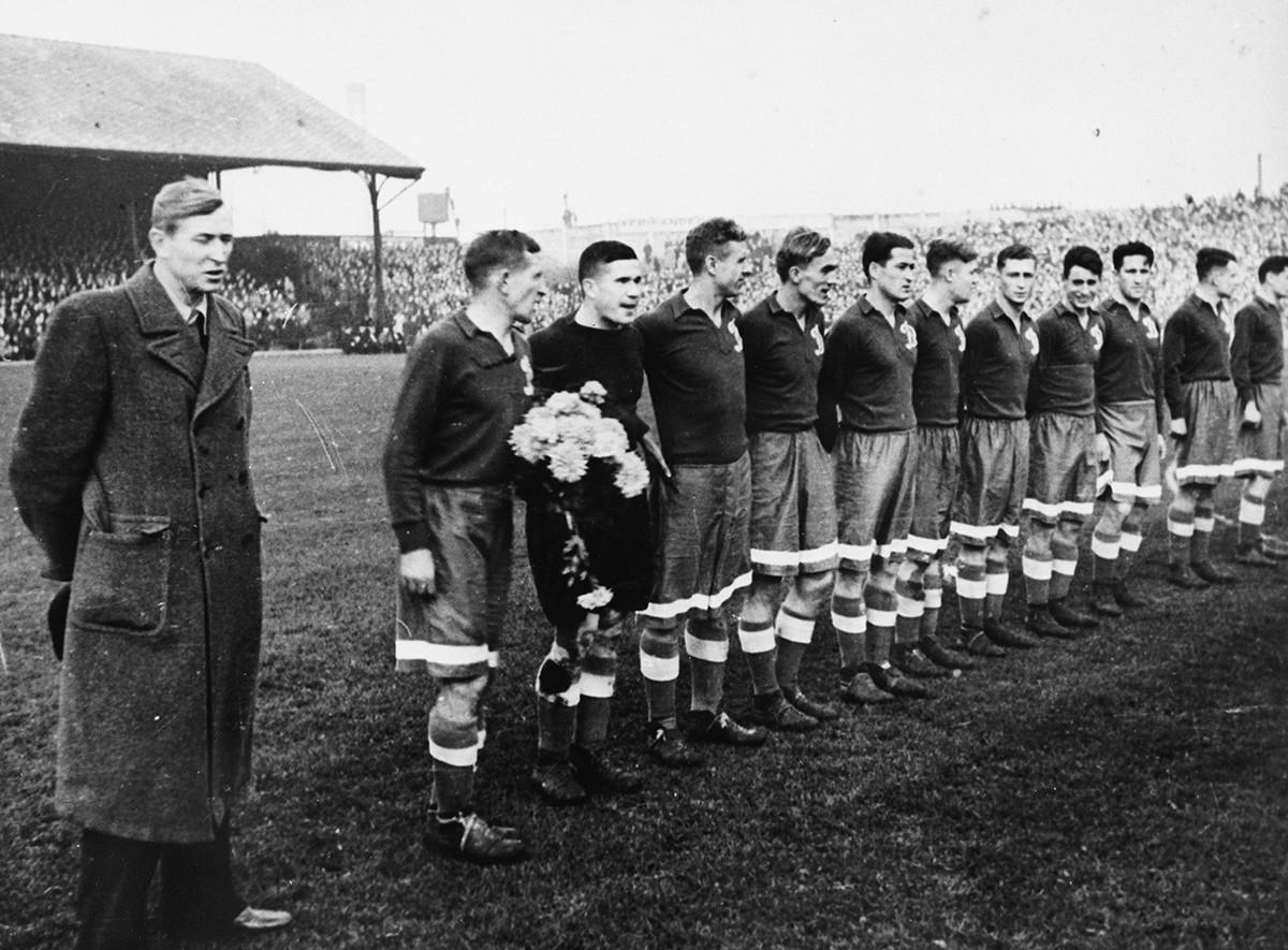 La squadra Dinamo si prepara a incontrare i giocatori del Chelsea, 1945