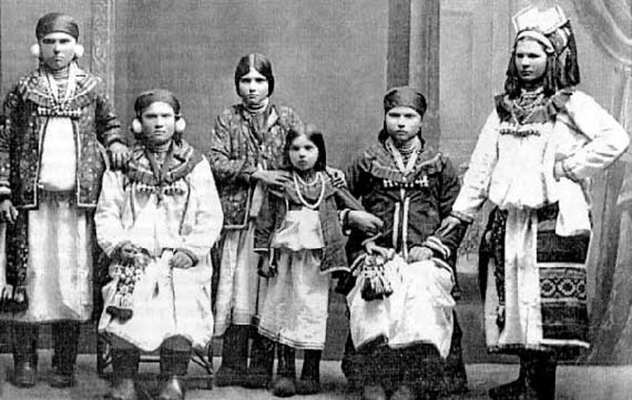 Мокшанки во национални носии. Мордовјани и Мокшани, 19 век, Тамбовска губернија, Темниковски округ, крај на 19 – почеток на 20 век.