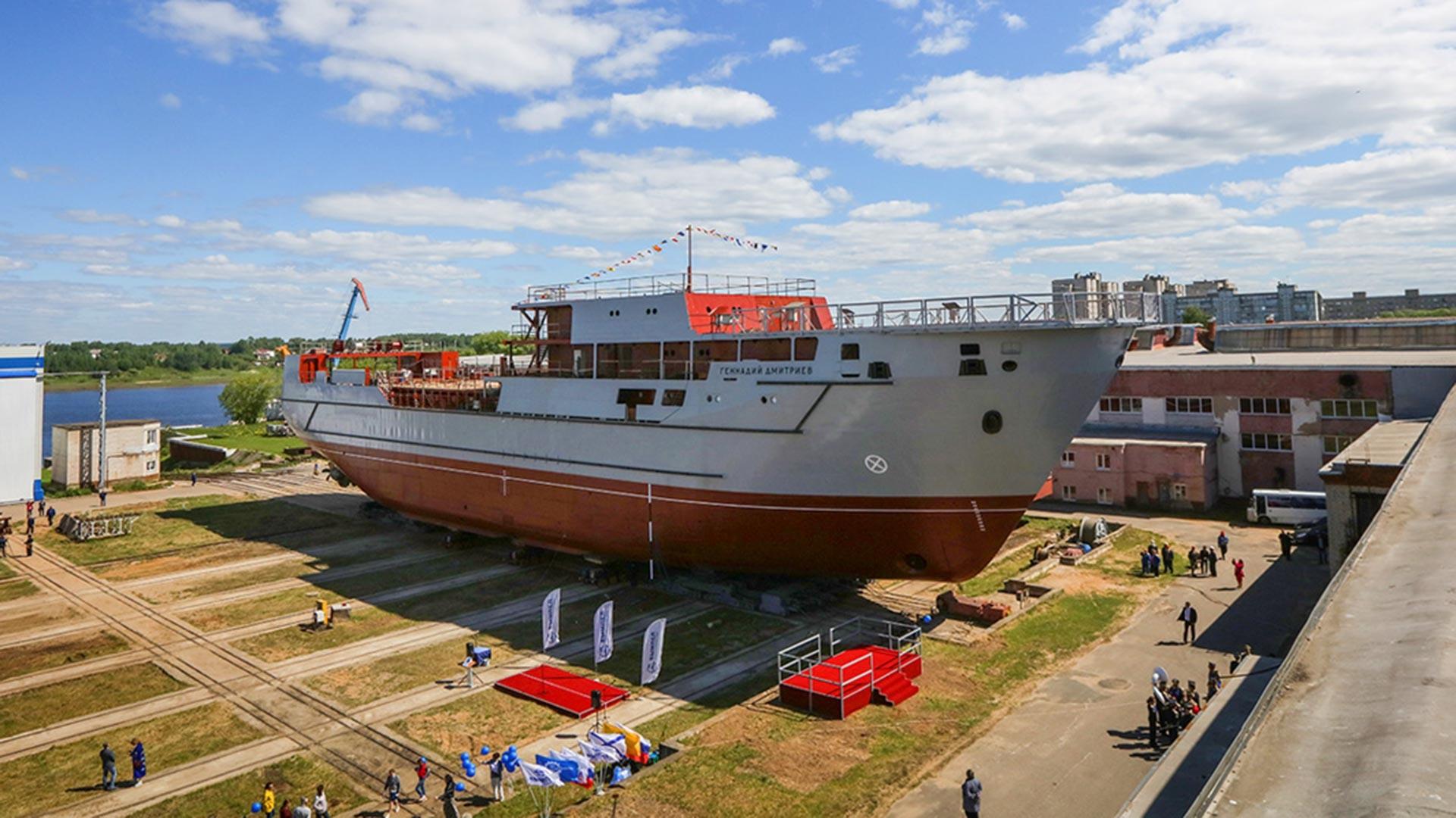 """У бродоградилишту """"Вимпел"""" 1. јуна је одржана церемонија спуштања на воду поморског транспорта наоружања – пројекат 20360М, фабричког броја 01551 """"Генадиј Дмитријев"""". То је највећи брод у историји предузећа. Тренутно тежина трупа брода износи 2.200 тона."""